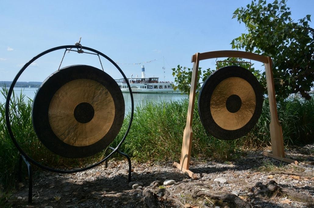 Tamgongs mit Ausflugsdampfer am Ammersee