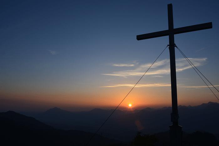 Gipfelkreuz im Sonnenaufgang